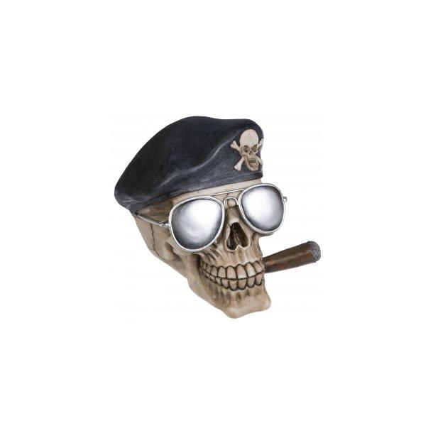 Kranie med Baret, Cigar og Solbriller